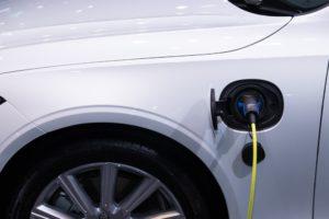 Het laden van de elektrische auto